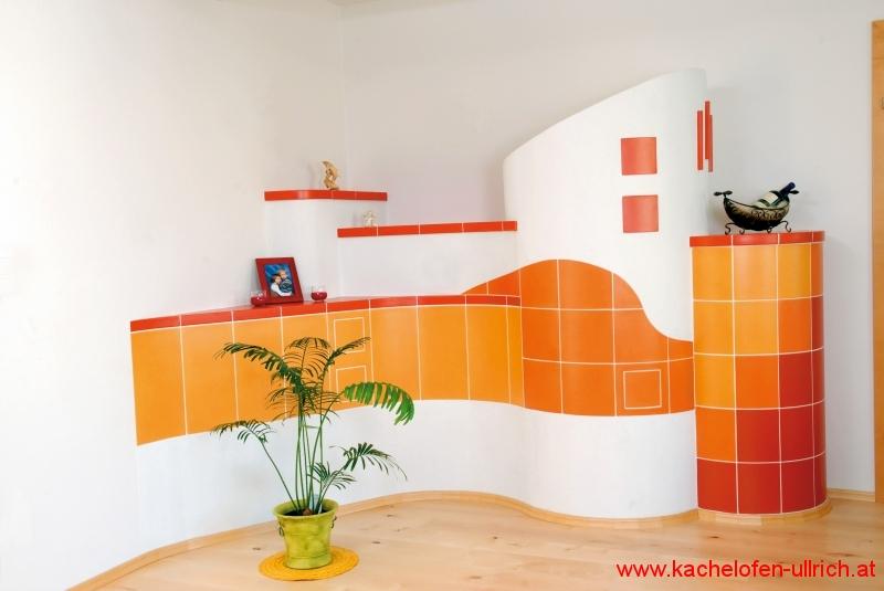 Kachelofen in orange und rot